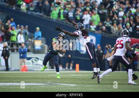 Seattle, Washington, USA. 29th Oct, 2017. October 29, 2017: Seattle Seahawks quarterback Russel Wilson (3) passes - Stock Photo