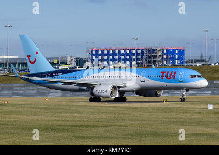 TUI Airways Boeing 757, formerly Thomson Airways, Birmingham Airport, UK.  Aircraft is Boeing 757-28A G-OOBB. - Stock Photo