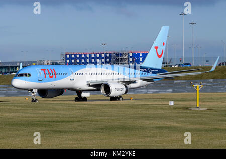 TUI Airways Boeing 757 plane, Birmingham Airport, UK. Aircraft is Boeing 757-28A G-OOBB. Thomson rebranded as TUI - Stock Photo