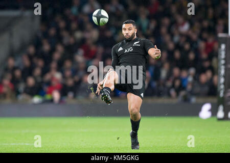 London, UK. 04th Nov, 2017. Lima Sopoaga (All Blacks, 22) taking a line-out during the Killik Cup rugby match between - Stock Photo