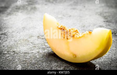 how to cut a cantaloupe into chunks
