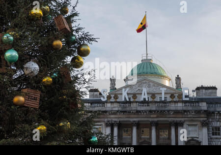 London, United Kingdom. 7th Dec, 2017. Fortnum and Mason's Christmas tree at Somerset House with the words, Skate, - Stock Photo