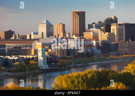 USA, Minnesota, Minneapolis, St. Paul, elevated skyline from Mississippi River at dusk - Stock Photo