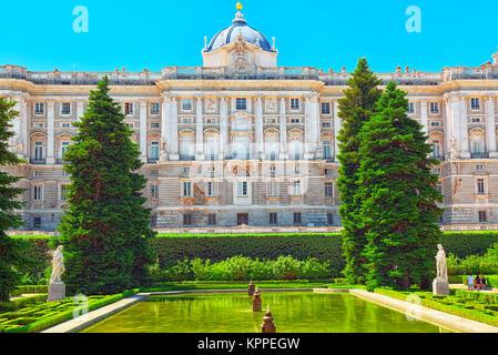 Fountain sabatini gardens in the royal palace in madrid for Jardines de sabatini conciertos 2017