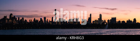 Sunset over Midtown and Hell's Kitchen, Manhattan, New York, USA. Viewed from the north across the Jaqueline Kennedy - Stock Photo