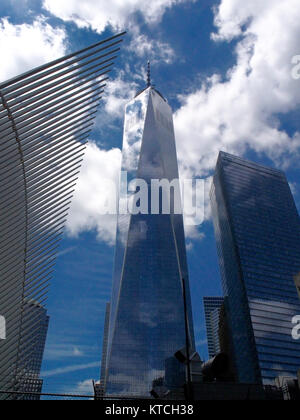 New York, EE.UU. - July 26, 2016 World Trade Center with reflection clouds - Stock Photo