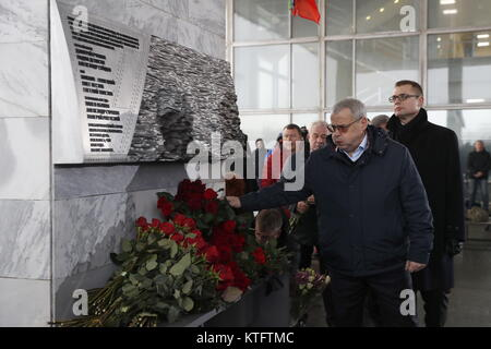 Moscow, Russia. 25th Dec, 2017. People lay flowers at the unveiling of a memorial at the Ostankino television centre - Stock Photo