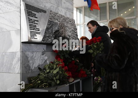 Moscow, Russia. 25th Dec, 2017. People lay flowers at the Ostankino television centre at the unveiling of a memorial - Stock Photo