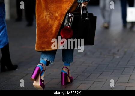 London, UK. 18th Feb, 2018. A chic showgoer arriving at the Roland Mouret runway show during London Fashion Week - Stock Photo