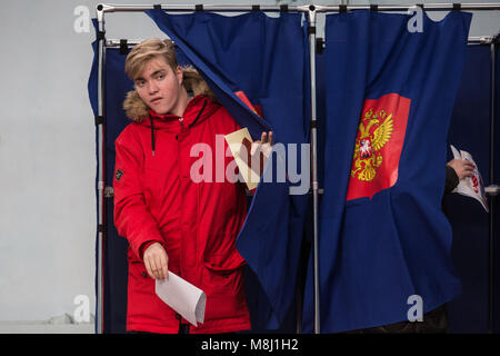 Saint Petersburg, Russia. 18th Mar, 2018. A man walks out of a voting booth during the 2018 Russian presidential - Stock Photo