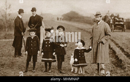 King George V (far right) (1865-1936) pictured with his first four children in the country - from left: Prince Albert George (1895-1952) (later King George VI), Princess Mary (1897-1965) (later Countess Harewood), Prince Edward (1894-1972) (later King Edward VIII) and Prince Henry (1900-1974) (later Duke of Gloucester).     Date: 1901 - Stock Photo