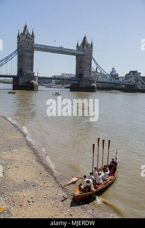 London, UK. 5th May, 2018. In a dramatic recreation of her final journey, Anne Boleyn arrives at the Tower of London by boat and is escorted on foot inside the Tower by Yeoman Warders (Beefeaters) and ceremonial drummers.  Sailing in from Greenwich, this river-bound public spectacle launches 'The Last Days of Anne Boleyn' a new play to run throughout the summer season at the Tower. Credit: amanda rose/Alamy Live News - Stock Photo