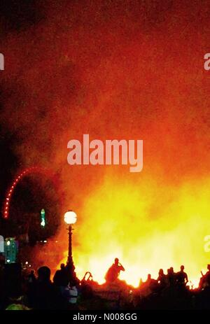 London, UK. 4th September, 2016. 1666 - London (recreated), burns. Crowds gathered to watch reconstruction of Great - Stockfoto