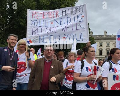 London, UK. 06th Sep, 2017. Thousands of nurses, healthcare workers and members of the public gathered in Parliament - Stock Photo