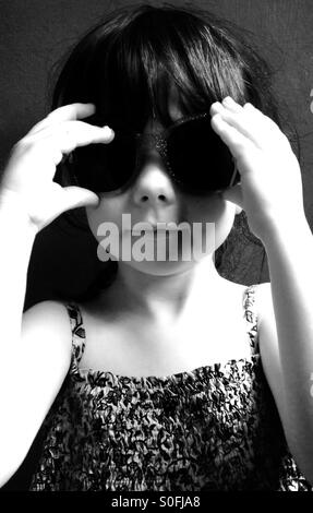 3-year old girl wearing sunglasses - Stockfoto
