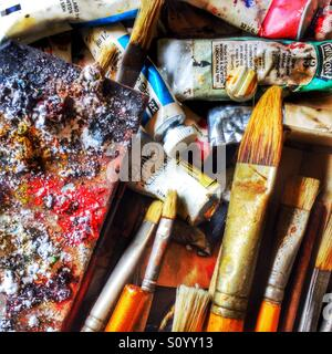 Close up of artists brushes and paint palette - Stockfoto
