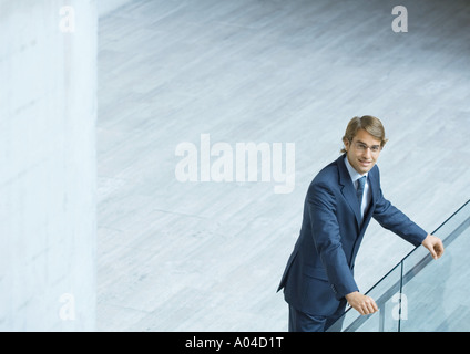 Geschäftsmann, stützte sich auf Geländer, erhöhte Ansicht - Stockfoto