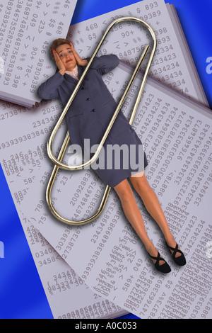 Business-Frau gefangen in Büroklammer - Stockfoto