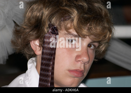 Ein junger Mann zeigt uns wie man eine Krawatte tragen - Stockfoto