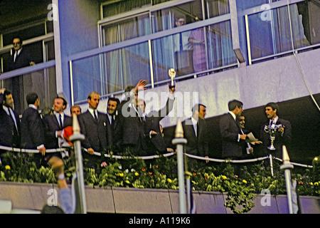 Bobby Moore Kapitän von England World Cup gewinnen Fußball-Nationalmannschaft hält Jules-Rimet-Pokal empor 30. Juli - Stockfoto