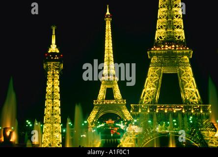 Montage des Eiffelturms mit hellen Lichtern in der Nacht Paris Frankreich - Stockfoto