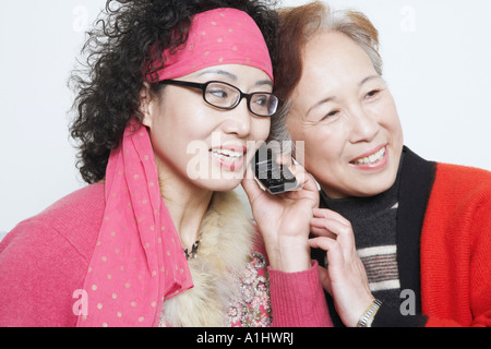 Nahaufnahme einer reifen Frau mit ihren Freunden und mit dem Handy telefonieren - Stockfoto