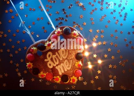 Liebe Herz gemacht von Honigkuchen schwingen auf einen defekten String in Sternen - Stockfoto