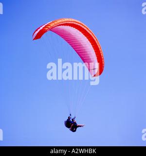 Gleitschirm-Paragliding Tandem in der Nähe von Clover Point, Victoria, BC, Vancouver Island, British Columbia, Kanada - Stockfoto