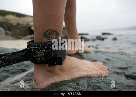 Sicherheitsgurt auf Surfer Bein - Stockfoto