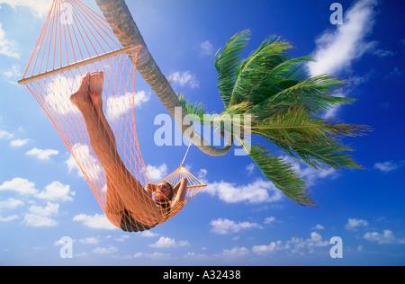 Frau in Hängematte unter Palmen liegen Baum Malediven - Stockfoto