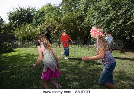 Kinder spielen blind mans bluff - Stockfoto