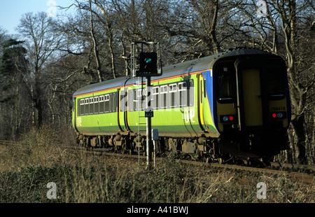Lokalbahn Dienst übergeben ein Signal auf der einzigen Strecke zwischen Felixstowe und Ipswich in Suffolk, UK. - Stockfoto