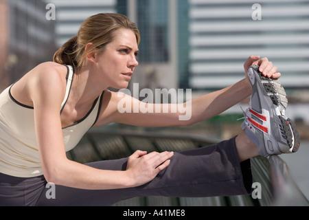 Frau, dehnen außerhalb - Stockfoto