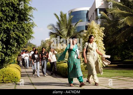 Junge indische Frauen, die in der IT-Branche arbeiten tragen traditionelle Kleidung auf dem Infosys-Campus in Bangalore - Stockfoto