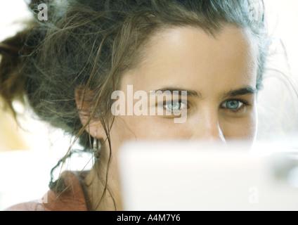 Junge Frau, Gesicht, teilweise verdeckt - Stockfoto