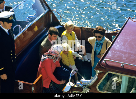 Die Königin und die Mitglieder ihrer Familie gesehen auf das royal Barge in Scrabster Harbour, Schottland im August - Stockfoto