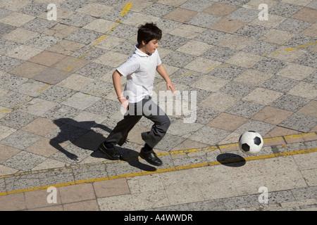 Junge Studenten spielen Fußball im Hof - Stockfoto