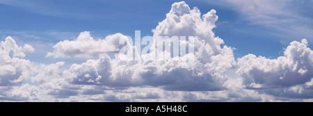 Geschwollenen Wolken vor blauem Himmel - Stockfoto