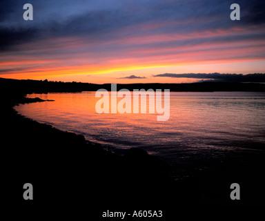 Dramatischen Sonnenuntergang über einem See; Kielder Wasser, Northumberland, England, UK. - Stockfoto