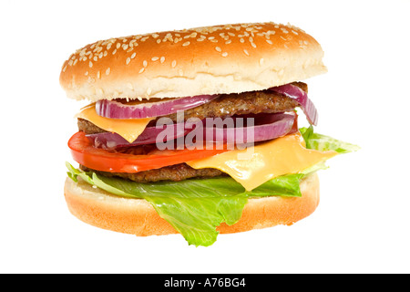 Double Beefburger mit Käse und Salat in einem Sesam Brötchen auf einem reinen weißen Hintergrund. - Stockfoto
