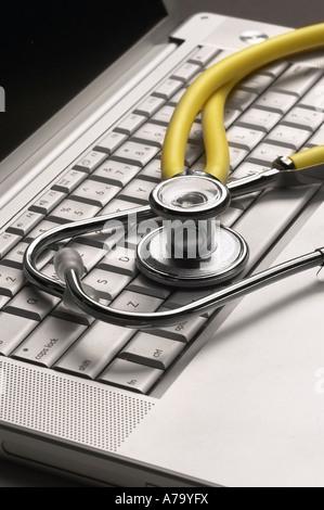 Krankenhaus-Ärzte-Stethoskop auf Computer-Tastatur - Stockfoto