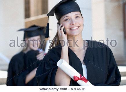 Ein Absolvent mit einem Mobiltelefon - Stockfoto
