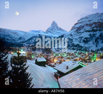 Blick über das Resort in Richtung Matterhorn in der Abenddämmerung, Zermatt, Schweiz - Stockfoto