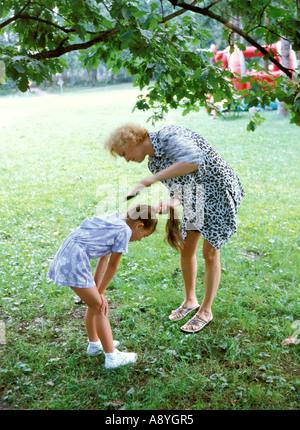 Mutter tun Frisur für Tochter im Park MR8417 7A - Stockfoto