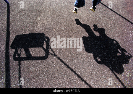 Der Schatten eines jungen Mädchen oder junge spielt auf einer Schaukel - Stockfoto