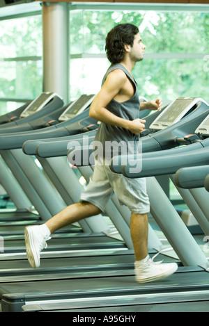 Mann läuft auf Laufband - Stockfoto