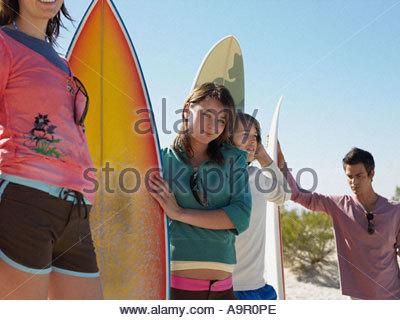 Freunde mit Surfbrettern - Stockfoto