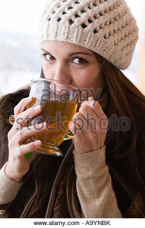 Junge Frau trinkt Tee - Stockfoto
