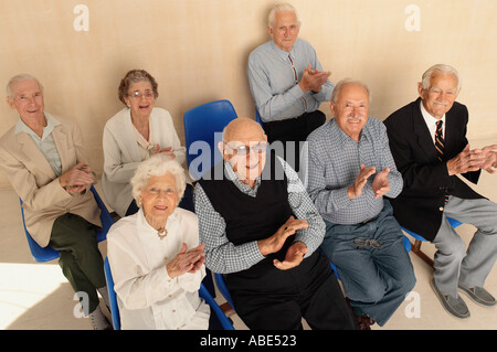 Ältere Menschen applaudieren nachschlagen - Stockfoto