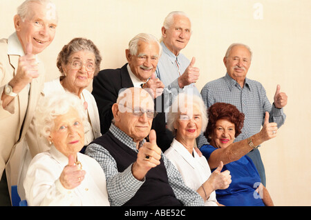 Ältere Menschen geben Daumen nach oben Zeichen - Stockfoto